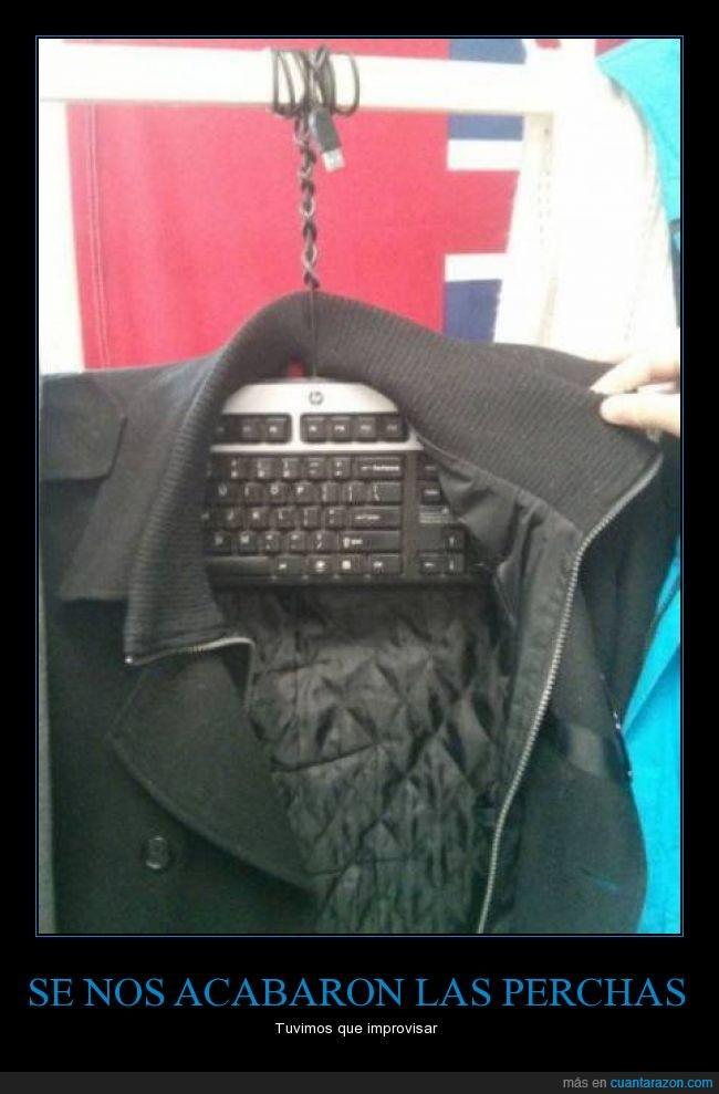 abrigo,chaqueta,colgar,improvisar,ordenador,percha,teclado