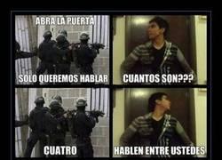 Enlace a Policía, ¡abra la puerta!