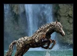 Enlace a Iban encontrando maderitas e hicieron este caballo