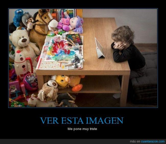 entretenimiento,habitación,hija,hijo,juego,juguete,manchar,mirar,muñeco,niña,niño,pintar,tablet