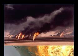 Enlace a ¿Cómo se apaga un incendio en un depósito de petróleo? PUES CON UN GODZILLA