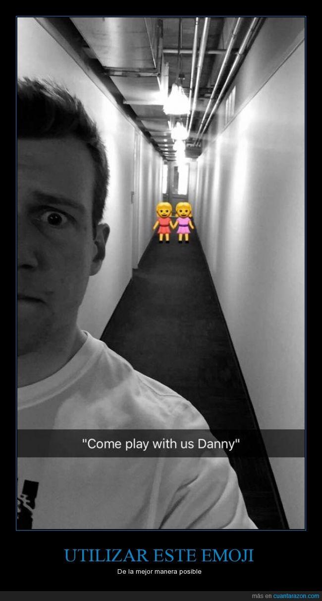 El Resplandor,emoji,gemelas,niñas,pasillo,Snapchat