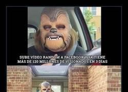 Enlace a Hay gente con suerte y después está la mujer de la máscara de Chewbacca