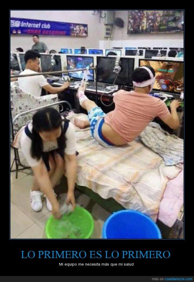 asiatico,cama,chica,gamer,herido,lesionado,limpiar,videojuego