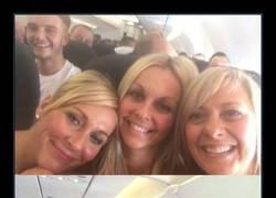Enlace a Dos años después, el 'mismo hombre' les hace Photobomb a un grupo de amigas en el avión