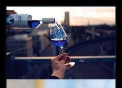 Enlace a Ya existe el vino azul, y es producto de España