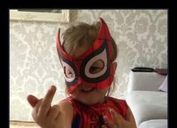 Enlace a Padre le dice a su hija que saque una telaraña como Spiderman y ésta es su forma de hacerlo
