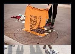 Enlace a Artista utiliza alcantarillas y otras tapas de la calle para crear una línea de ropa