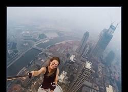 Enlace a Esta chica no le teme a nada y se hace las fotos más arriesgadas del mundo