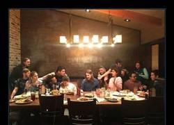 Enlace a La última cena con tus colegas