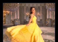 Enlace a Salen a la luz las primeras imágenes de Emma Watson como Bella y no podemos esperar más para verla