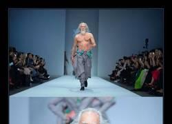 Enlace a Abuelo de 80 años hace de modelo por primera vez en su vida y lo parte en la pasarela