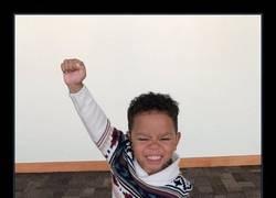 Enlace a La reacción de un niño de tres años cuando le dicen que ha sido adoptado da la vuelta al mundo