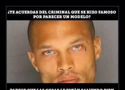Enlace a El ex-preso que se hizo famoso por su foto de detención, es libre y está viviendo por todo lo alto