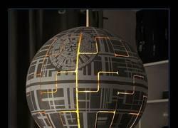 Enlace a Cómo construir tu propia lámpara de la Estrella de la Muerte con una lámpara de IKEA