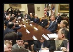 Enlace a ¿Ves algo raro en esta foto de este encuentro de Trump con líderes de la automoción?
