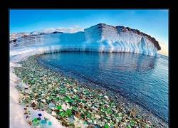 Enlace a Los rusos tiran al mar las botellas de vodka. El oceano las convierte en bonitas piedras de color