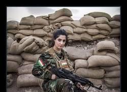 Enlace a Ofrecen 1 millón por la cabeza de una chica de 23 años que mató a 100 militantes de ISIS