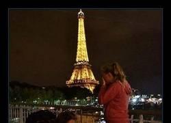 Enlace a Si te atas los cordones delante de tu novia en París… Llorará