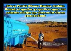 Enlace a Hombre conduce durante horas cada día de sequía para llevar agua a los animales salvajes sedientos