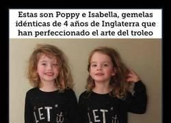 Enlace a Este padre usa a sus gemelas idénticas para aterrorizar a la gente en los hoteles