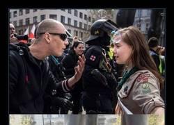 Enlace a La potente foto de una niña scout plantando cara a un neonazi es ya una de las fotos del año