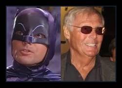 Enlace a Nos deja el Batman de calzoncillos por fuera :(
