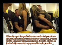 Enlace a Lo pillan en el avión haciéndolo con una chica mientras su mujer estaba en casa preñada