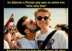"""Enlace a Le dijeron a pareja gay que su amor era """"solo una fase"""", y ellos reprodujeron esta foto tras 25 años"""