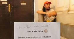 Enlace a Emulando a Pesesín, vecino se va de vacaciones y deja en el portal a su HIJO para que lo cuiden