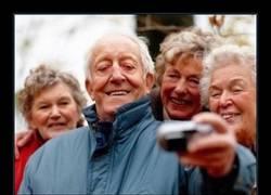 Enlace a Médicos celebrando con un selfie el final de sus estudios