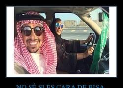 Enlace a Saudita comparte una foto suya enseñando a su mujer a conducir