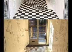Enlace a Crean una ilusión óptica en este suelo para que la gente no entre corriendo al portal