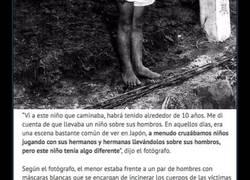 Enlace a La cruel y real historia tras la foto del niño japonés que carga a su hermano muerto en la espalda
