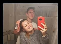 Enlace a La foto de esta pareja en el baño ha dado la vuelta al mundo por un curioso detalle