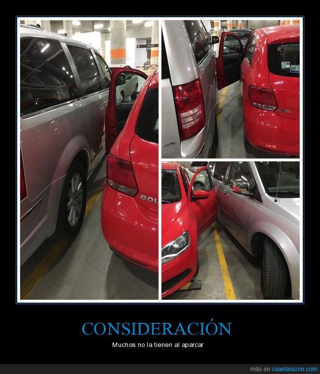 Aparcar,aparcó muy mal una mujer,apenas pude salir,coches,el rojo es mi auto,gente,mal aparcado,no hagáis eso,vaya estúpida