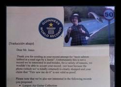 Enlace a Intenta trolear al Libro Guinness con récords estúpidos y la respuesta que le dan lo deja planchado