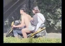 Enlace a Un hombre conduce desnudo una moto pero ¿qué está pasando realmente en esta extraña ilusión óptica?