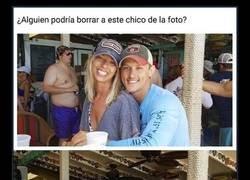 Enlace a ivertidos retoques que Internet hizo con la foto de una pareja tras pedir que eliminarán al hombre de detrás