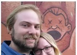 Enlace a Este marido quiso salir en la foto de su esposa con Jason Momoa...