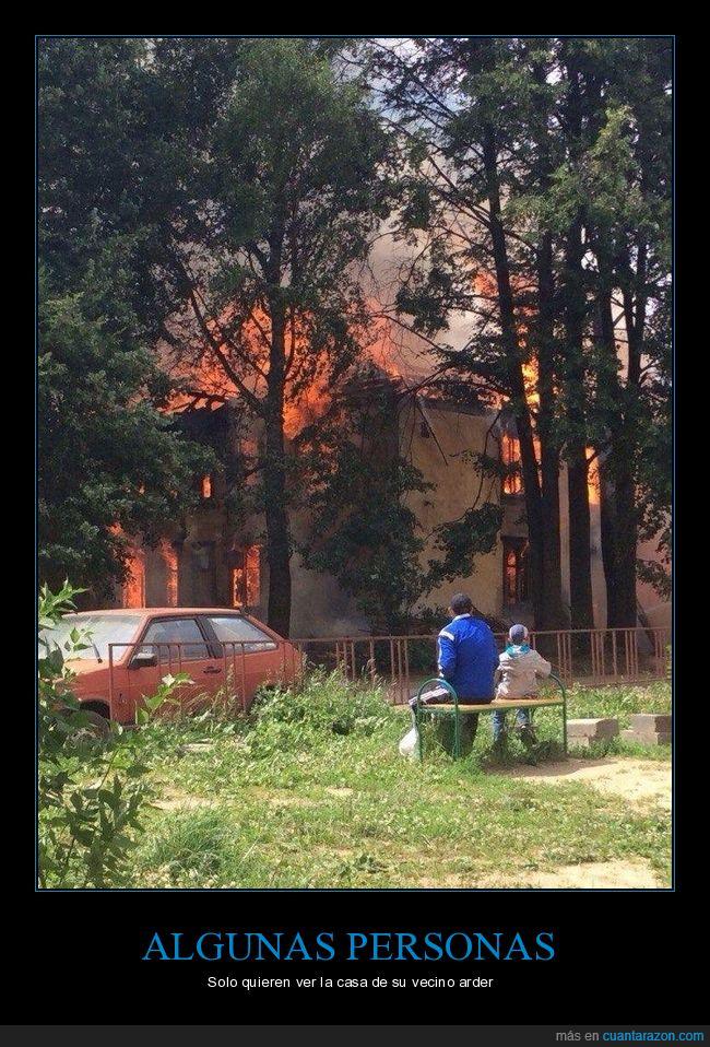 ardiendo,casa,mirando