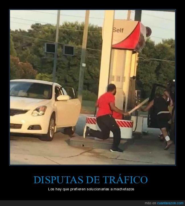 coche,gasolinera,machete,persiguiendo