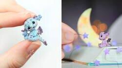 Enlace a Puedes pasar la cuarentena haciendo diminutos dragones de ganchillo que quedarán adorables en tu escritorio