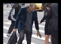 Enlace a Kanye siempre saluda