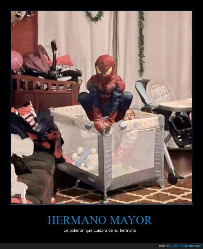 cuidando,disfraz,hermano,spiderman