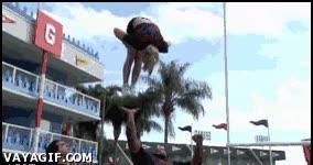 Enlace a Cheerleaders hciendo acrobacias