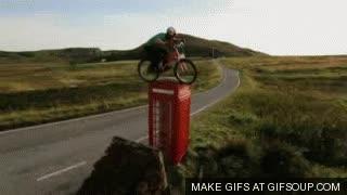 Enlace a BMX sobre una cabina telefónica