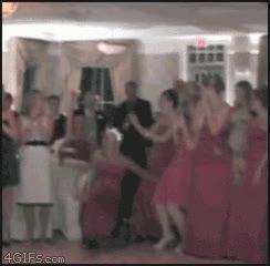 Enlace a Tirando el ramo de la novia con mucha puntería