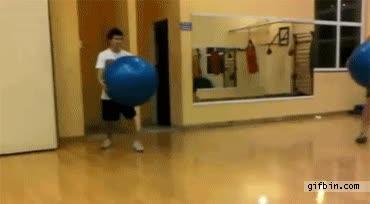 Enlace a Tontos jugando con pelotas