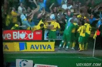 Enlace a Los fans saltan como locos